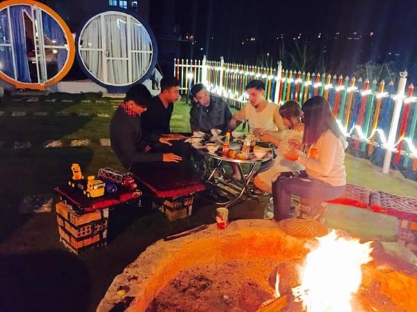 Sau đó chúng tôi về hostel đốt lửa, nướng đồ ăn.