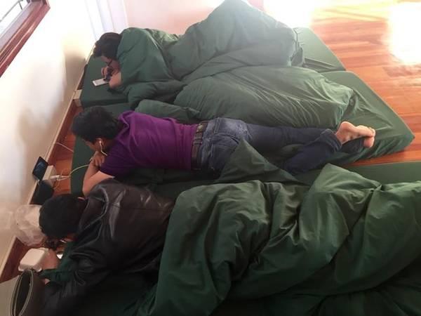 Ngày thứ 2 : Chúng tôi nhận phòng ở Yolo hostel. Nói phòng cho sang, chứ thật ra là 4 cái nệm.