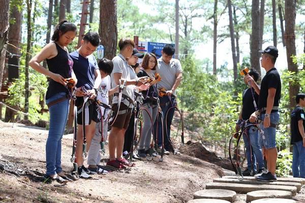 Huấn luyện viện hướng dẫn thao tác kỹ thuận cho những người tham gia Hành trình trên cao.