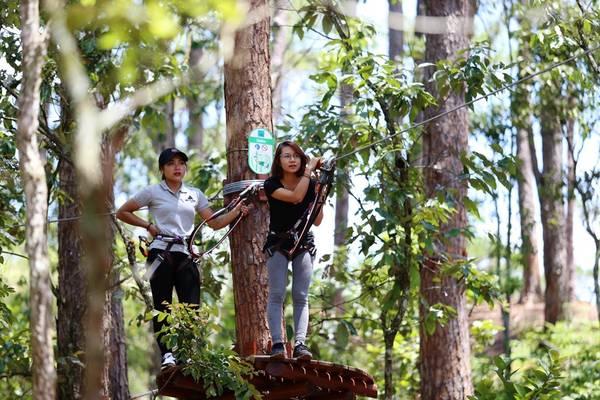 """Ông Võ Anh Tần, đơn vị chủ quản trò chơi """"Hành trình trên cao"""" cho biết, High rope course là trò chơi mới. Tại khu vực Đông Nam Á, trò thử thách này chỉ mới chỉ triển khai ở Thái Lan, Indonesia, Singapore."""