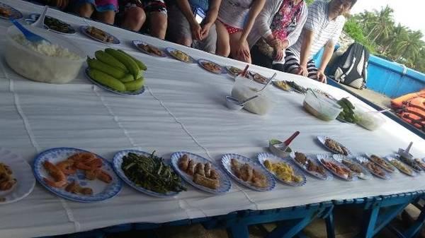 Bữa cơm trưa trong tour 4 đảo.