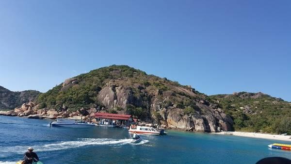 Ngồi trên tàu để đến Bình Ba tạo cho du khách cảm giác thích thú, mới lạ.