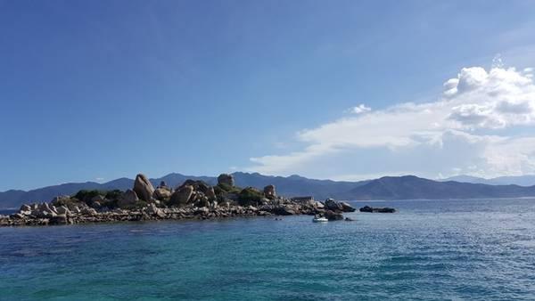 Mặt nước trong veo thuận tiện cho việc tắm biển, ngắm san hô ngay tại đảo.