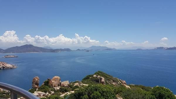 Khung cảnh tuyệt đẹp khi ngắm từ ngọn hải đăng Hòn Chút.