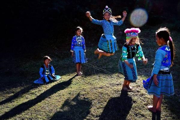 """""""Tuổi thơ"""" của Nguyễn Chí Long (Sơn La) ghi lại khoảnh khắc vui chơi hồn nhiên của trẻ em dân tộc vùng cao, dưới màu nắng tươi mới. Đây cũng là tác phẩm đạt giải nhì của cuộc thi."""
