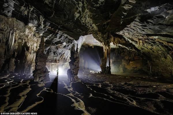 Hang Tiên 2 được một người dân địa phương phát hiện hồi tháng 7/2015. Kể từ lúc ấy, hang động trở thành điểm đến hấp dẫn nhiều du khách trong và ngoài nước. Nhiếp ảnh gia Ryan Deboodt, 32 tuổi, là một trong những du khách được đến thăm Hang Tiên 2 sớm nhất vào ngày 31/8/2015.