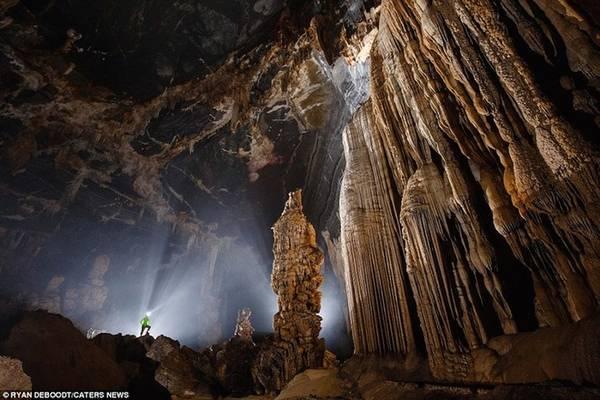 """Vẻ đẹp bên trong hang được nhận xét là """"ngoạn mục, với tầng tầng lớp lớp đá xếp chồng lên nhau""""."""