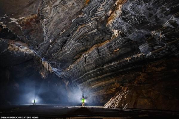 Trần và vách hang được bao phủ bởi các vân nhũ đá vôi đen trắng.