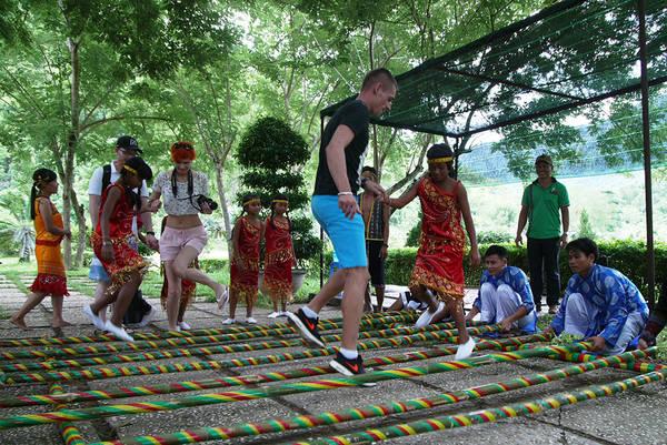 Du khách ngoại quốc thích thú với trò nhảy sạp