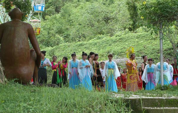 Lễ rước Ngọc Hoàng và tiên nữ trong tiết mục Lễ hội huyền thoại thác Yang Bay