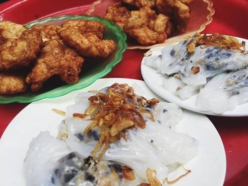 """Chả mực: """"Chả mực giã tay – ngon say lòng người"""" là câu nói nổi tiếng ở Quảng Ninh. Những con mực tươi vừa bắt sống trong vùng biển Hạ Long về, được làm sạch rồi giã tay, nặn thủ công, tạo ra độ dai giòn đặc trưng và hương vị thơm ngon. Chả mực rán lên vàng ruộm, bên trong giòn sật, được ăn kèm với xôi trắng, bánh cuốn hoặc ăn riêng với nước mắm nguyên chất. Chả mực thường được mua làm quà với mức giá 350.000 – 450.000 đồng/kg. Ảnh: Lê Hằng"""