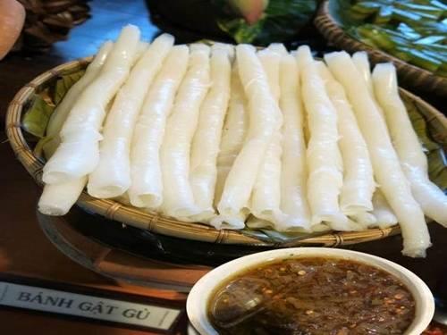 Bánh gật gù: Bánh gật gù là đặc sản vùng đất Tiên Yên, được tráng trên nồi hấp và cuộn lại như bánh cuốn. Nhiều người nhận xét bánh gật gù có hương vị giống bánh phở, tuy nhiên điểm khác biệt là trong khi xay bột, người ta cho thêm cơm nguội để tạo độ mềm, dai. Bánh khiến ai nấy đều phải gật gù khen ngon, nhất là khi ăn cùng khâu nhục. Nước chấm được chưng từ nước mắm ngon và mỡ gà, thêm thịt băm, ớt tươi, hành phi. Loại bánh này phổ biến ở Quảng Ninh, tuy nhiên địa chỉ được đặt mua nhiều nhất là nhà bà Tuyết, số 32 phố Hòa Bình, thị trấn Tiên Yên. Ảnh: dulichvietnam