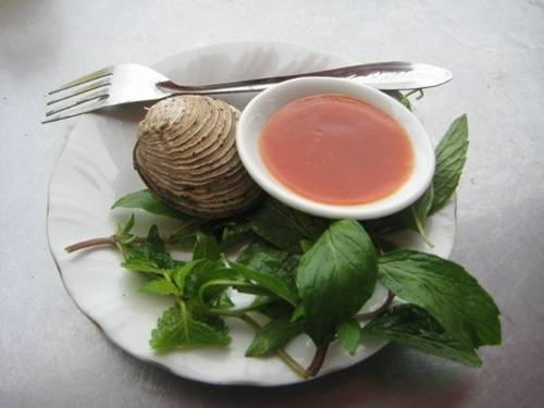 Ngán: Ngán cũng là loài hải sản phổ biến ở các nhà hàng tại Quảng Ninh, nổi tiếng với món ngán hấp, ngán nướng, cháo ngán, gỏi ngán, bún xào ngán. Ngoài phần thịt ngán béo ngọt, nước ngán cũng rất bổ dưỡng, do đó người ta thường cột chặt vỏ ngán để tránh mất nước trong khi hấp. Rượu tiết ngán là món khai vị độc đáo, có màu đỏ nhạt, vừa cay nồng vừa ngọt tê ở đầu lưỡi. Ảnh: phunutoday