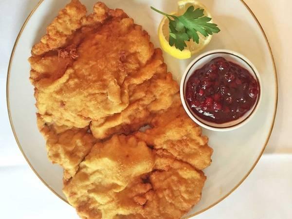 Nếu bạn đang muốn ăn một món nhẹ nhàng, hãy chọn schnitzel, làm từ bánh mì vụn và thịt chiên. Thịt làm món này có thể là thịt gà hoặc heo, tuy nhiên thịt bê vẫn phổ biến và ngon nhất.