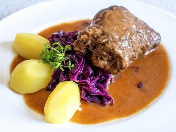 Một món ăn làm từ thịt bò phổ biến trên khắp nước Đức là rindsrouladen, gồm những miếng thịt bò mỏng được bọc bởi thịt lợn xông muối và hành, đôi khi có thêm dưa muối. Rotkohl (cải bắp đỏ om) cũng là một thành phần ăn kèm.