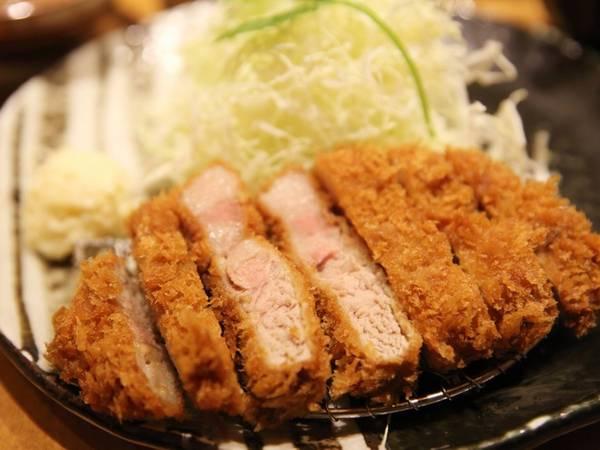 Tonkatsu là món thịt chiên xù ăn kèm nước sốt ngọt màu nâu. Vì miếng thịt dày, giàu dưỡng chất và hơi béo nên thường có thêm rau cải bắp cắt sợi.