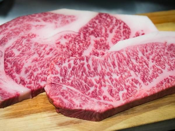 Thịt bò Kobe loại ngon nhất là từ giống bò Tajima nuôi trong các trại bò Wagyu. Những con bò được nuôi lớn ở quận Hyogo, thành phố Kobe đem lại hương vị thịt ngon tuyệt hảo. Giá thịt ở đây cao nhờ những thớ thịt có vân đẹp và mảnh trông như đá cẩm thạch.