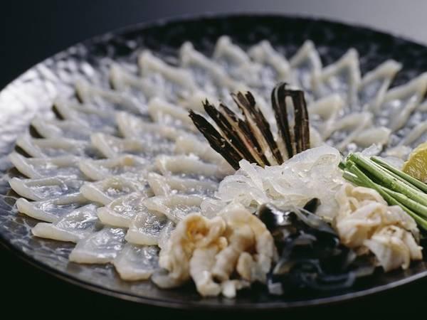 Fugu là một món ăn nổi tiếng khắp thế giới của người Nhật. Đây là loại sashimi (món làm từ hải sản tươi sống) làm từ cá nóc có độc tố, chỉ những đầu bếp giỏi mới có thể chế biến thành công món ăn này.