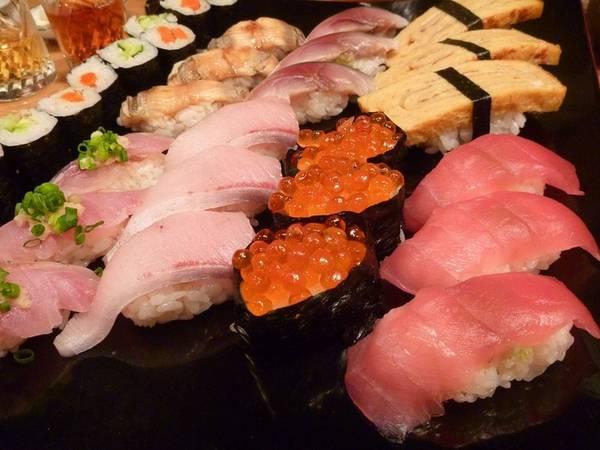 Nhắc đến ẩm thực Nhật Bản, sushi luôn là một trong những món được nói tới đầu tiên. Phần cơm được nêm gia vị kết hợp với miếng hải sản tươi sống như toro (cá ngừ), sake (cá hồi) hoặc có thể cả trứng cá và tamago (trứng gà).