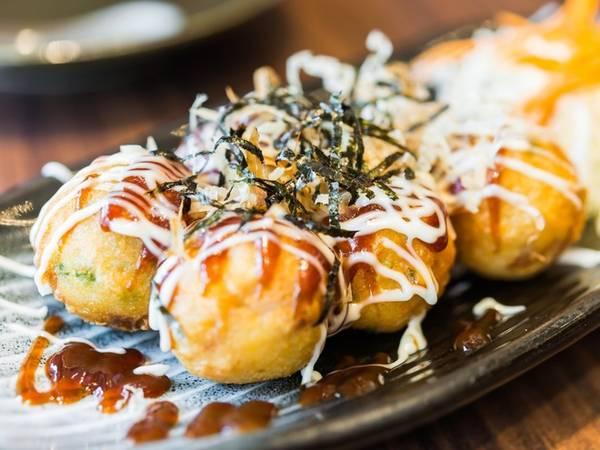Takoyaki là một loại snack (món ăn nhẹ) phổ biến ở Nhật. Một miếng thịt bạch tuộc được chiên để làm nhân, bên ngoài bọc bột, thêm chút sốt mayonnaise, rong biển và sốt thịt nướng.