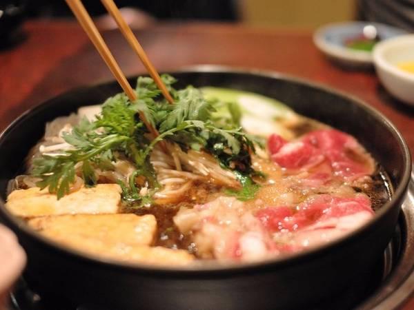 Sukiyaki là một kiểu lẩu của người Nhật. Trong chiếc nồi lớn, họ thả thịt bò thái lát mỏng, các loại rau và mỳ rồi để sôi cùng với nước hầm thơm ngọt.