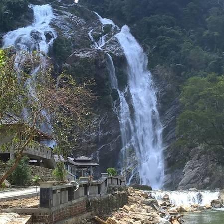 Ðộ cao của thác khoảng 40-50 mét. Từ trên cao, nước chảy xuống trắng xóa như dát bạc trên sườn núi đá dốc đứng. Ảnh: ST