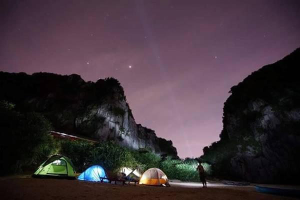 Đảo Mắt Rồng bao quanh là dãy núi đá vôi, hòn đảo có diện tích khoảng 30 ha. Ảnh: Trần Trung Kiên.