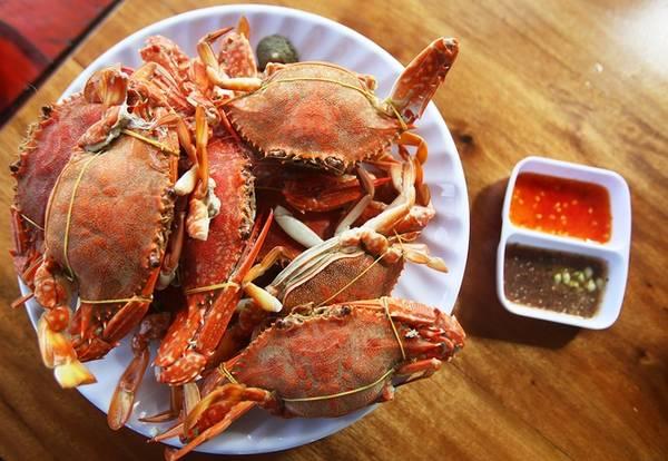 Ghẹ của vùng biển này chỉ 100.000 đồng một kg. Ghẹ không to nhưng chắc nịch được đánh bắt tự nhiên bởi người dân chài. Món này chế biến như bề bề. Các món này ngon và rẻ nhất phải ăn tại làng chài Hàm Ninh.