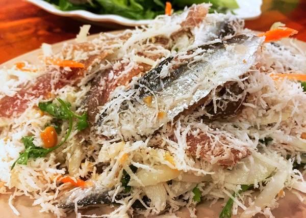 Gỏi cá trích: Cá vừa đánh bắt lên, tươi sống sẽ cho thịt béo ngọt khi ăn. Chế biến gỏi cá trích rất công phu. Cá được đánh sạch vảy, bỏ ruột, đầu, vây và đuôi. Nguyên liệu ăn kèm gồm: hành tây thái mỏng, ớt thái sợi, hành tím thái mỏng, dừa nạo. Ăn gỏi cá trích không thể thiếu chén nước chấm được làm từ ớt, tỏi và lạc rang. Theo người dân Phú Quốc, cá trích ăn tại bãi Khem là ngon nhất, giá một đĩa cho 2 người ăn từ 70.000 đồng.
