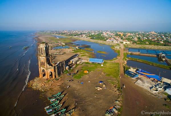 Nhà thờ nổi bật ở sát mép biển, giữa những con thuyền đánh cá nhiều màu sắc. Ảnh: Meogia Photo