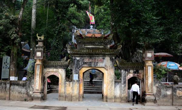 Chiếc cổng chính của đền đã ngả màu thời gian. Ảnh: Hải Dương