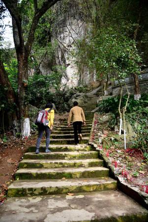 Để tham quan và bái lễ các điểm chính, du khách phải leo những bậc gạch. Ảnh: Hải Dương