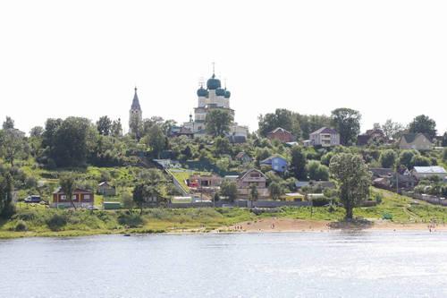 Những công trình kỳ vĩ nằm hai bên bờ sông.