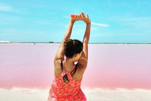 Theo thời gian, các loài sinh vật nhỏ sống tại vùng biển này cũng dần thay đổi với màu sắc,hòa lẫn cùng những mảnh san hô tạo thành bãi cát nhuộm hồng tươi thắm, mà đôi khi, ngay cả nước biển sát bãi cát cũng có sắc hồng ấn tượng.