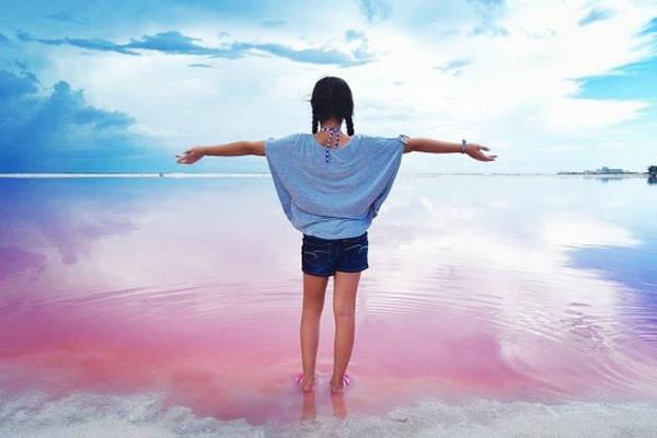Las Coloradas từng là một thị trấn khai thác mỏ muối, những đồi muối trắng đối lập cũng đã góp phần tạo nên sự nổi bật cho vùng biển hồng như cổ tích này.