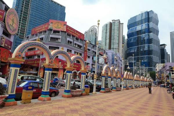 Ngày 1 - Khám phá lịch sử và di sản Malaysia, từ Brickfields đến Dataran Merdeka: Khởi hành từ KL Sentral, đi bộ xuống khu Little India nhộn nhịp và rực rỡ sắc màu với rất nhiều cửa hiệu và quán ăn.