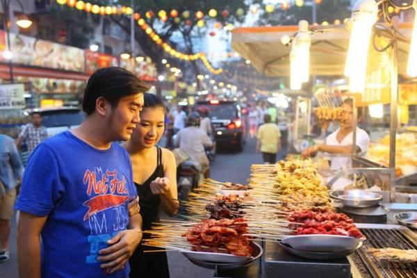 Buổi tối, Symphony Lake ở KLCC Park là nơi thư giãn lý tưởng, hoặc Jalan Alor là nơi để nhấm nháp các món ăn đường phố. Bạn cũng có thể lên quán bar sân thượng để ngắm cảnh tòa tháp đôi Petronas Towers, hoặc chọn Changkat Bukit Bintang là nơi kết thúc chuyến đi thú vị.