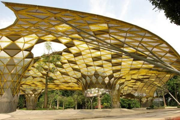 Sau khi thăm bảo tàng, bạn hãy đi dạo xuống vườn bách thảo Taman Botani Perdana. Nơi đây có những cây cầu, hệ thực vật độc đáo và không gian vui chơi cho trẻ.