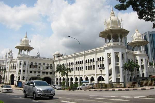 Sau đó, hãy quay trở lại bảo tàng và lên xe buýt GoKL đến thánh đường quốc gia Masjid Negara, đi qua các tòa nhà di sản với kiến trúc Anh - Ấn. Nếu không kịp giờ thăm thánh đường này, bạn có thể ghé qua bảo tàng nghệ thuật Islamic Art Museum Malaysia trước.
