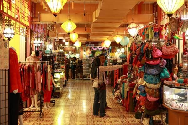 Bạn đừng quên Masjid Jamek, một trong những thánh đường cổ nhất ở Kuala Lumpur, và đến Central Market, Annexe và Kasturi để mua sắm. Đi dạo qua các con phố của Chinatown, khu phố trung tâm một thời của Kuala Lumpur cũng là một trải nghiệm thú vị.