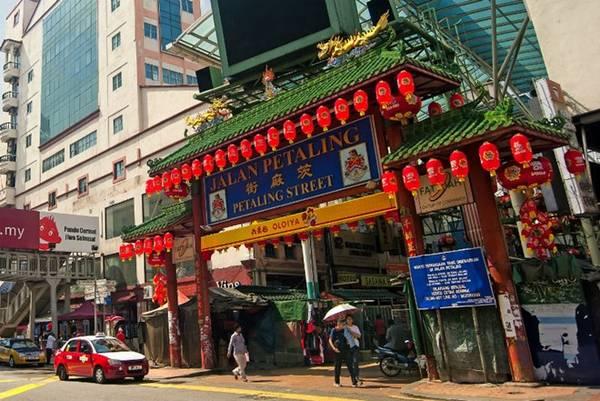 Tiếp đó, hãy tới Petaling Street để thưởng thức các món ăn. Bạn đừng quên ăn mì xào Hokkien tại Kim Lian Kee, đậu phụ nhồi và các loại rau ở Madras Lane. Gần đó là quán cà phê Foong kopitiam kiểu Trung Quốc và một vài quán cà phê khác.