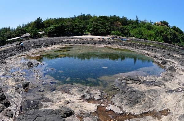Dấu tích miệng núi lửa cổ rộng khoảng 30 m<sup>2</sup> sát mép biển ở mũi Ba Làng An (xã Bình Châu).  Ảnh: Trí Tín