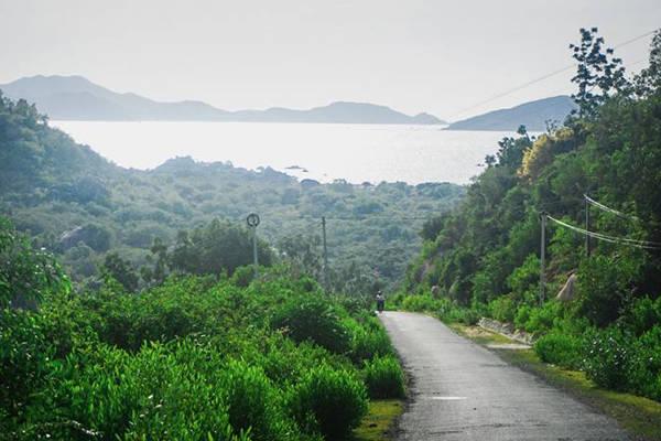 Con đường dẫn vào Bình Lập có biết bao cảnh đẹp. Ảnh: Triet Tran.