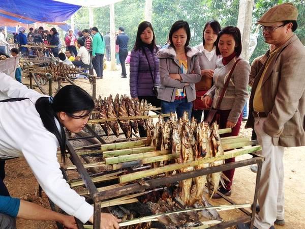 Cá nướng đã trở thành món ăn đặc sản của vùng thung lũng. Đồng bào người Mường, người Dao từ già đến trẻ, sáng tối cắm dùi trên những con đường có dấu chân du khách để phục vụ tận nơi món này.