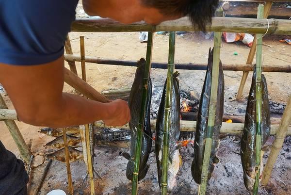 """Khi mùa mưa đến, tháng 8 đến tháng 10 nguồn cá trở nên dồi dào, người dân chài lại bày bán những mẻ cá tươi hoặc đổ buôn cho chủ các lán hàng hai bên đường lên động Thác Bờ. Họ sẽ sử dụng cá này kẹp que tre nướng trực tiếp và bán tại chỗ. Anh Minh (người Mường ở bản Giang Mỗ) bán cá nướng tại động Thác Bờ cho biết: """"Cá bán quanh năm, mùa nào cá đó. Tất cả đều là cá tươi được nướng tại chỗ và không tẩm ướp một thứ gia vị gì"""", anh vừa nói vừa nhanh tay khía những thớ thịt cá để nướng."""