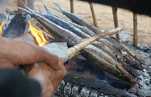 Cá to bán theo xiên từ 350.000 đồng đổ xuống. Cá lớn bán cân, bán con... Ở đây còn có món tôm nướng Đà Giang ăn ngọt và thơm phức, bắt mắt, khơi dậy tâm hồn ăn uống của du khách.