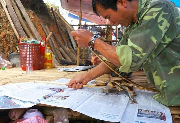 """Bác Lâm, 54 tuổi cho biết:""""Sáng sớm, cả nhà 4 người, mỗi người một việc, làm cá, dựng lều và nướng thì mới phục kịp phục vụ hết nhu cầu của khách""""."""