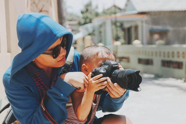 Quang cũng rất vui vẻ khi dạycho cậu bé nhỏ tuổi nhưng đầy tò mò này chụp ảnh.