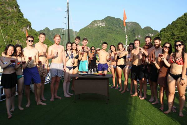 Nơi đầu tiên Bá Quang ghé chân là Hạ Long. Tại đây, Quang đã cùng trải nghiệm hai ngày trên thuyền để dạo quanh vịnh và tham gia tiệc tùng cùng với những người bạn vừa mới quen.