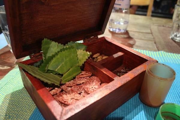 Thật ngạc nhiên khi biết rằng không ít người Maldives gốc không thể thiếu một miếng trầu sau mỗi bữa ăn. Miếng trầu của họ gồm có một mảnh lá trầu, một miếng nhân cau khô, một nhành đinh hương và vài loại hạt và bột cũng đồng thời được dùng làm gia vị trong nấu nướng. Ảnh: Maldives thiên đường hạ giới.